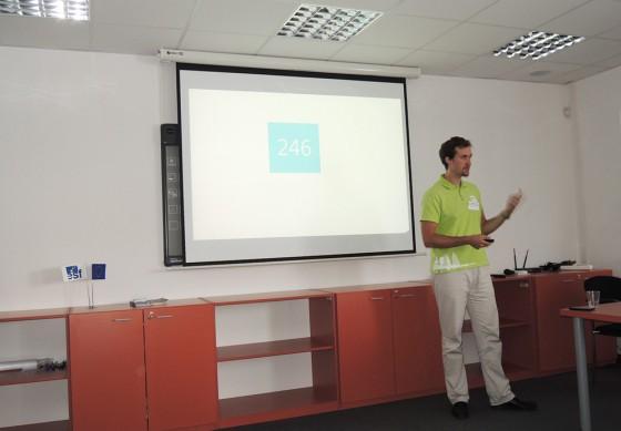 Muž z JIC přednáší o JICu.