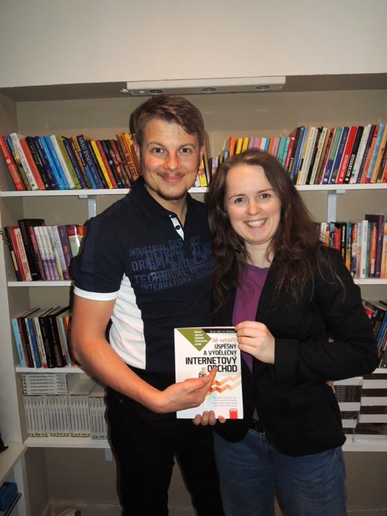 Petra Mikulášková s Petrem Popkem před knihovnou v sídle Firmy 2.0